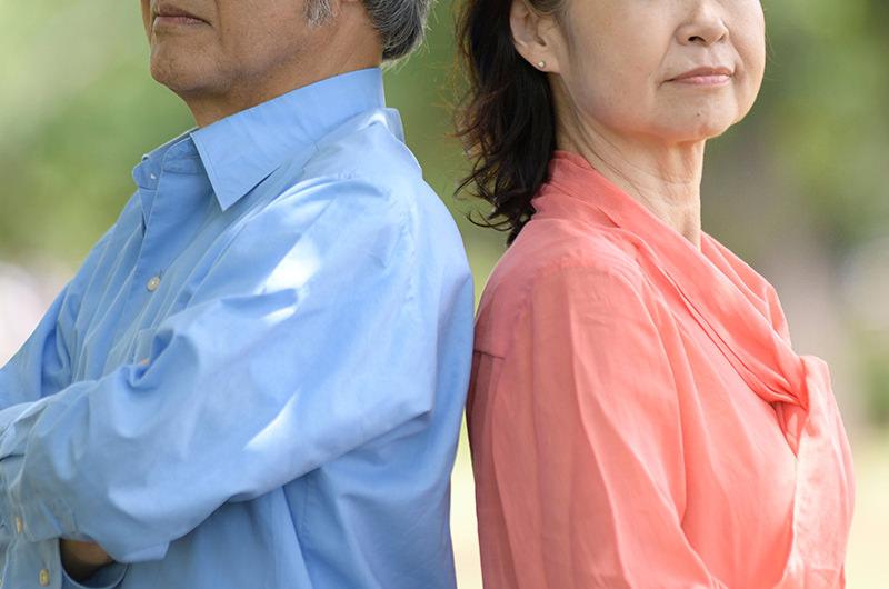 長年連れ添った夫婦が別れることを指します
